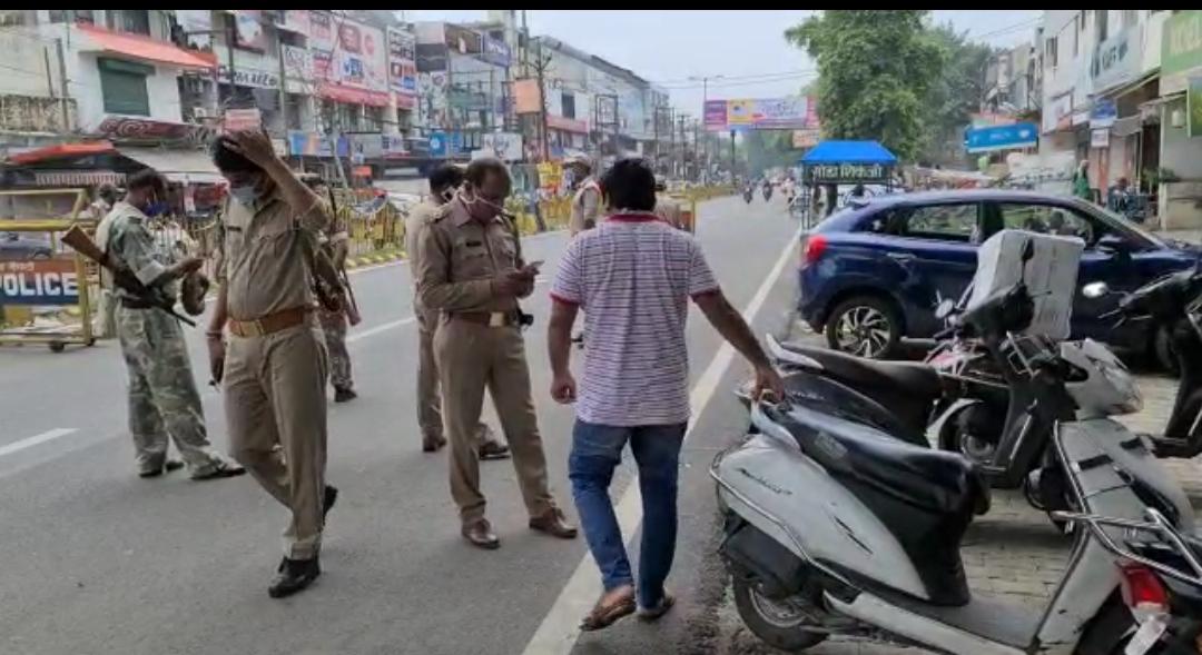 ईद पर पुलिस का पहरा रहा सख्त, पुलिस क्षेत्र में लाउड स्पीकर के माद्यम से लोगो से अपील करती हुई।
