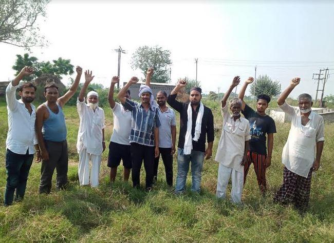 कब्रिस्तानों में बारिश का पानी भरने के विरोध में ग्रामीणों का हंगामा