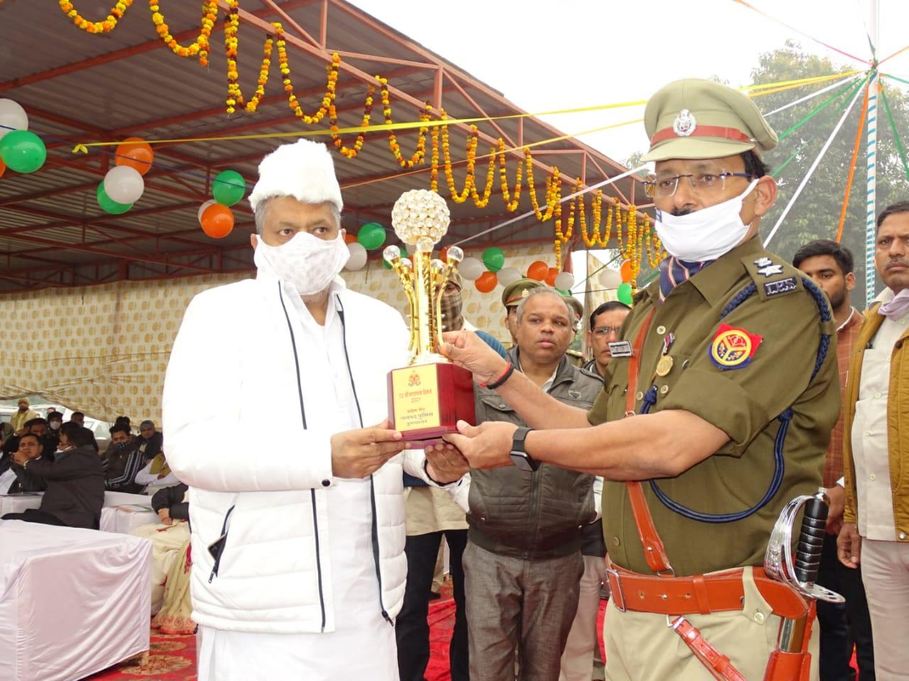 72वें गणतंत्र दिवस के मौके पर राज्य मंत्री अनिल शर्मा ने ध्वजारोहण कर तिरंगे को दी सलामी