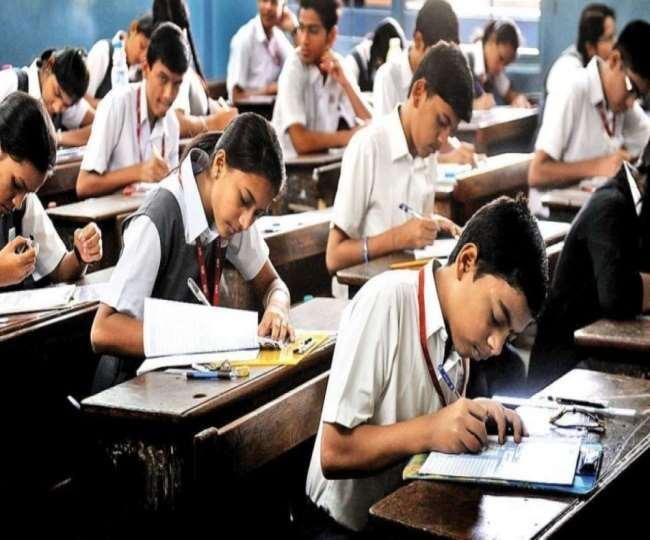 गुजरात ने कक्षा 10, 12वीं की परीक्षाओं को स्थगित किया, बांकियों को पदोन्नति
