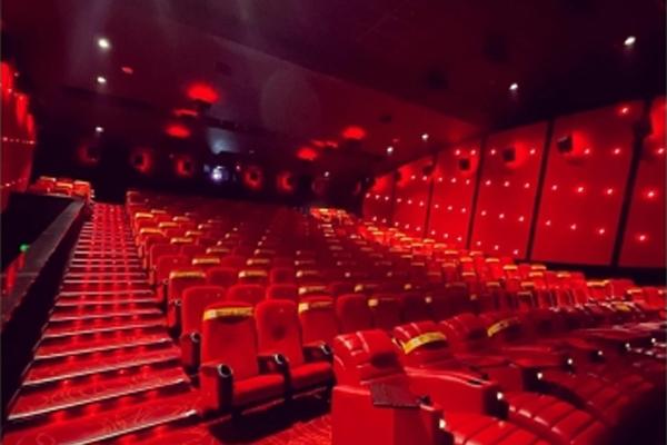 कोरोना की चपेट में बॉलीवुड, फिल्मों और सितारों पर संकट
